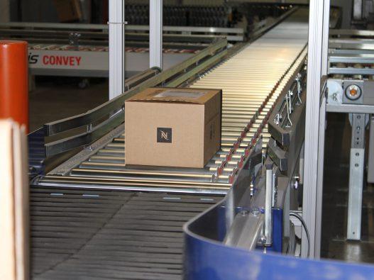 Förderband-Verteilung-der-Nespresso-Pakete-für-den-Versand