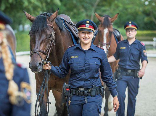 Österreichische-Polizisten-in-Uniform